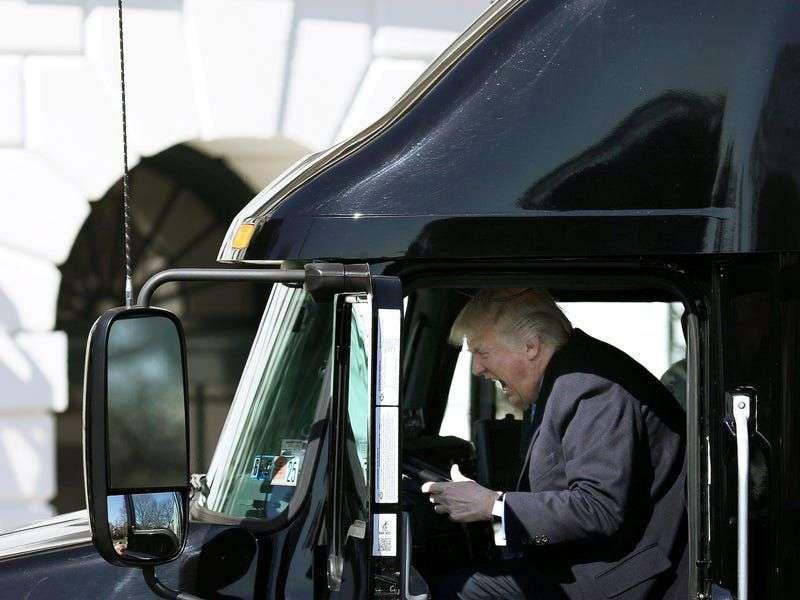 Donald Tramp dočekao vozače kamiona ispred Bele Kuće